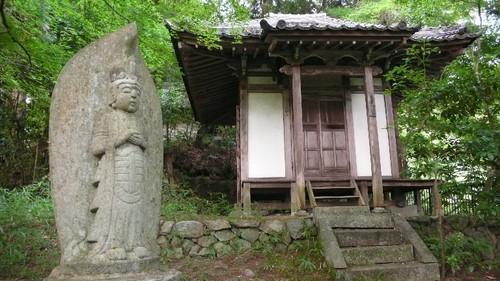 お堂と石仏